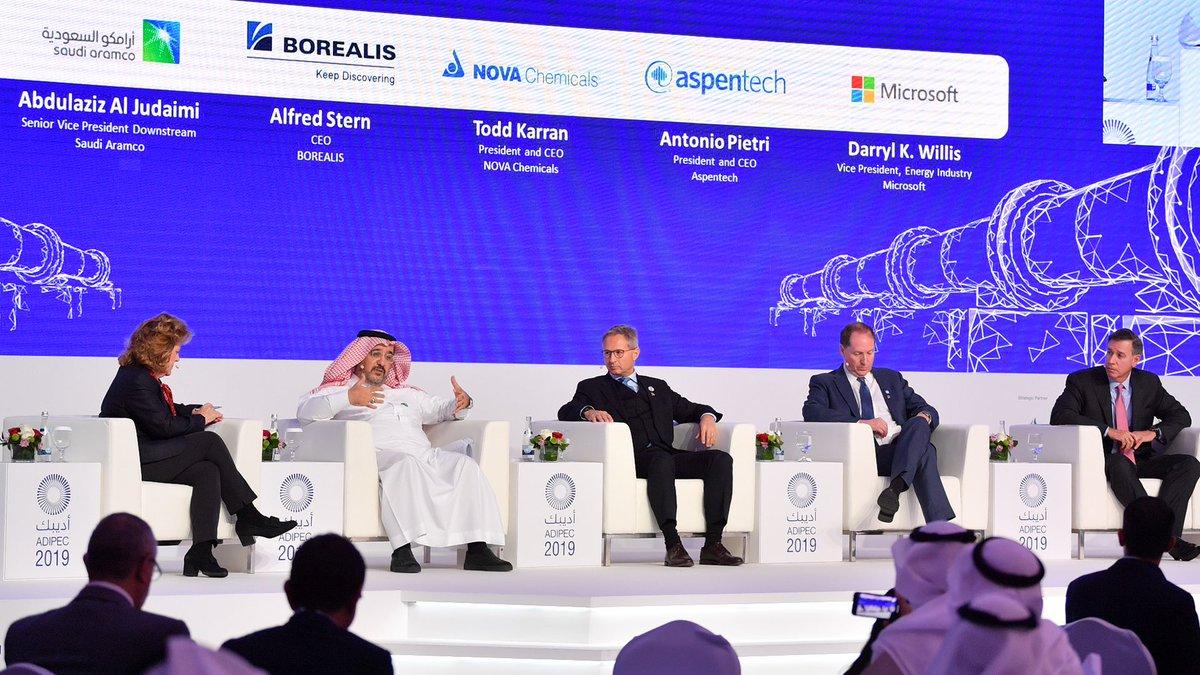 """النائب الأعلى للرئيس للتكرير والمعالجة والتسويق، عبدالعزيز القديمي متحدثًا في جلسة حوارية حول """"التكرير والبتروكيميائيات (الثورة الصناعية الرابعة 4.0) - النمو من خلال الابتكار والرقمنة"""" في #أديبك2019"""
