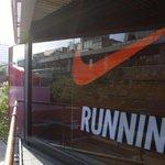 Image for the Tweet beginning: Nike divorzia da Amazon: «Investiamo
