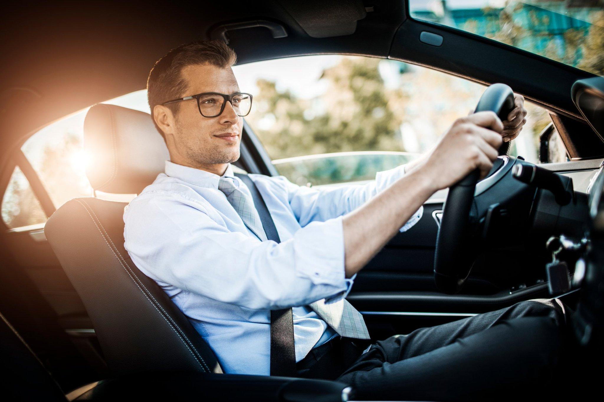 это фото мужчина боком за рулем в очках касается других