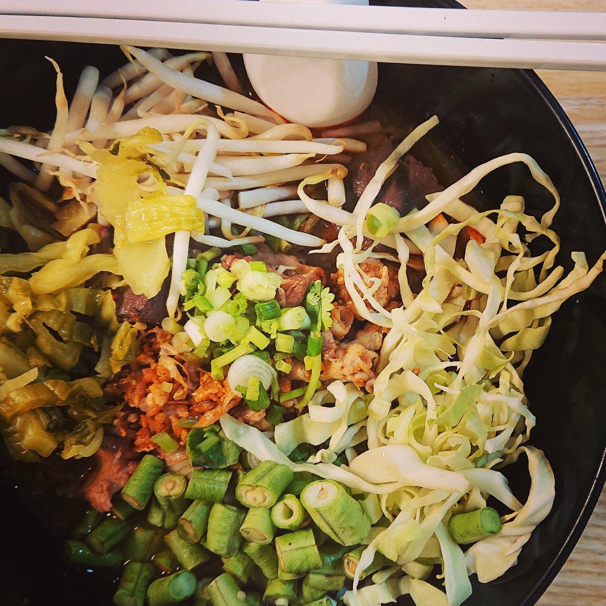 test ツイッターメディア - チェンライの麺料理、カノムヂンナムギャオ。 トマトと唐辛子と納豆のスープに発酵米麺、具はモチジやら血豆腐やら。 野菜を好きなだけトッピング。 この納豆の使い方が北タイの風味でチェンマイを思い出す #タイ #バンコク #タイ現地採用 #バンコク生活 #タイの日本人 #タイ料理 #タイ文化 #タイ音楽 https://t.co/l1M7zF1vfQ