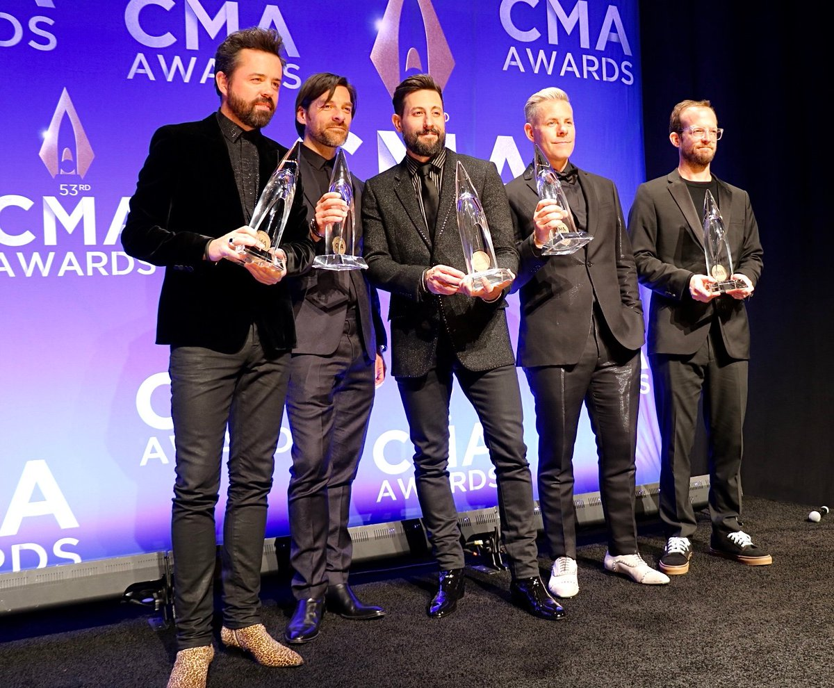 Got some sharp dressed @CountryMusic award winners all up in the room right now! Get it, @OldDominion! 🔥 #vocalgroupoftheyear #CMAawards