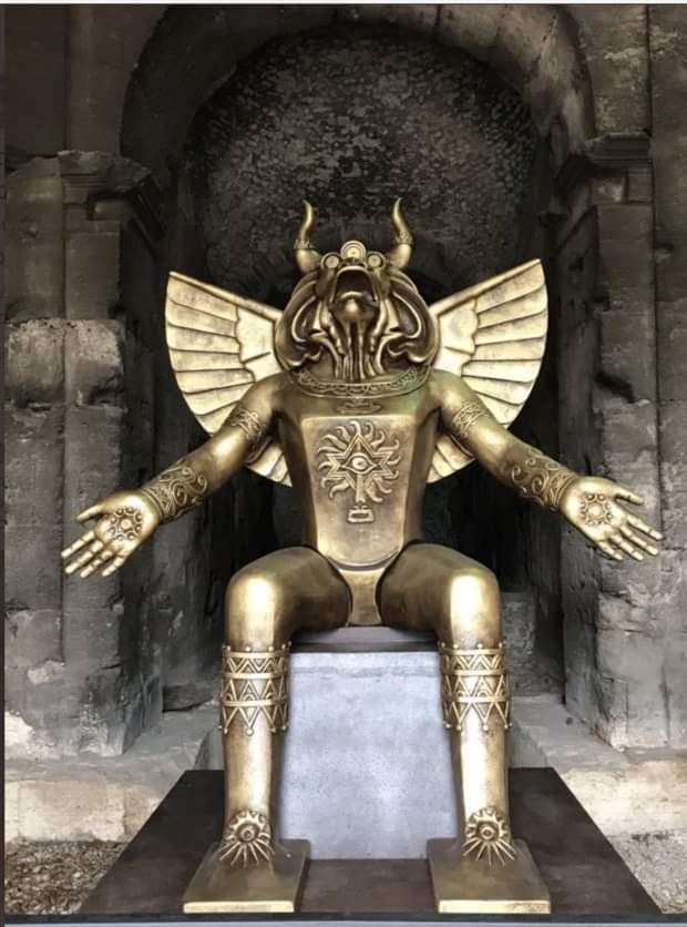 Vom #Vatikan vor wenigen Tagen am Eingang des Kolosseums augestellt.Es ist der satanische Gott #Moloch, der Kinderopfer fordert.Noch Fragen.....🤔🤔🤔