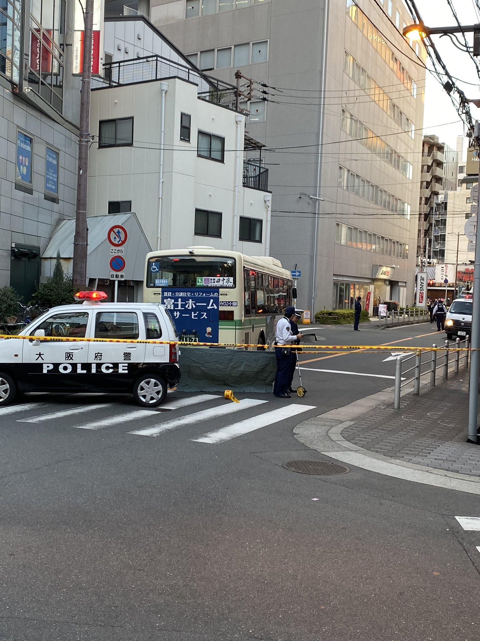 京橋駅付近のバスの交通事故で道路が封鎖されている現場画像