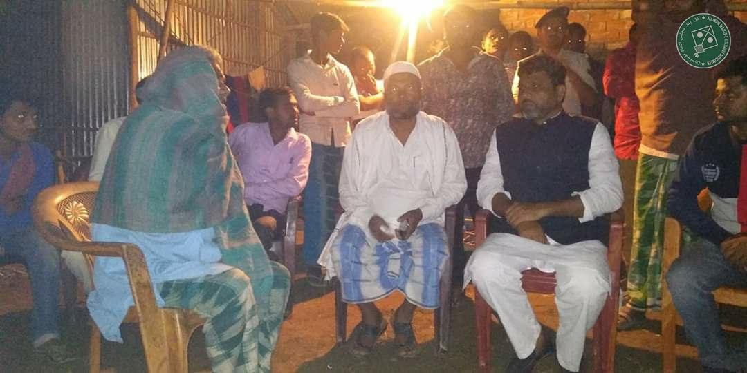 2 दिन पहले कुछ गौआतंकियों ने हाजीपुर गाँव, कटिहार के निवासी मोहम्मद जमाल की मॉब लिंचिंग कर दी थी। @aimim_national बिहार प्रदेश अध्यक्ष अख्तरुल ईमान ने कल जमाल के परिजनों से मिलकर कुछ माली मदद किये और क़ानूनी लड़ाई लड़ने तथा न्याय दिलाने में हर मुमकिन मदद करने का आश्वासन दिया।