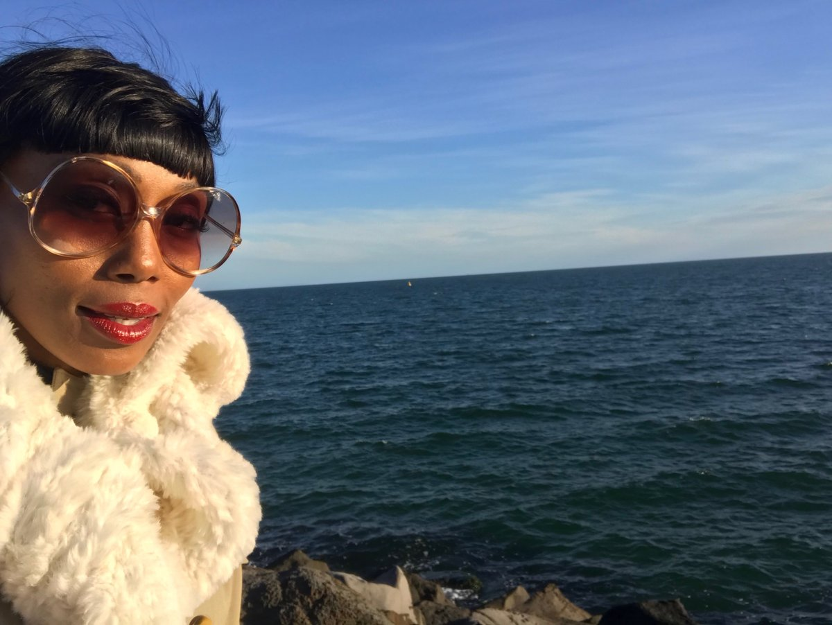 Winter has arrived, but that won't stop me from enjoying a waterfront view that's what fur coats are for!    #folami #findfolami #waterfront #sunglasses #redlip #views #lifeisgood #travel #givethepeopleeverythingpic.twitter.com/WDe84CDISP