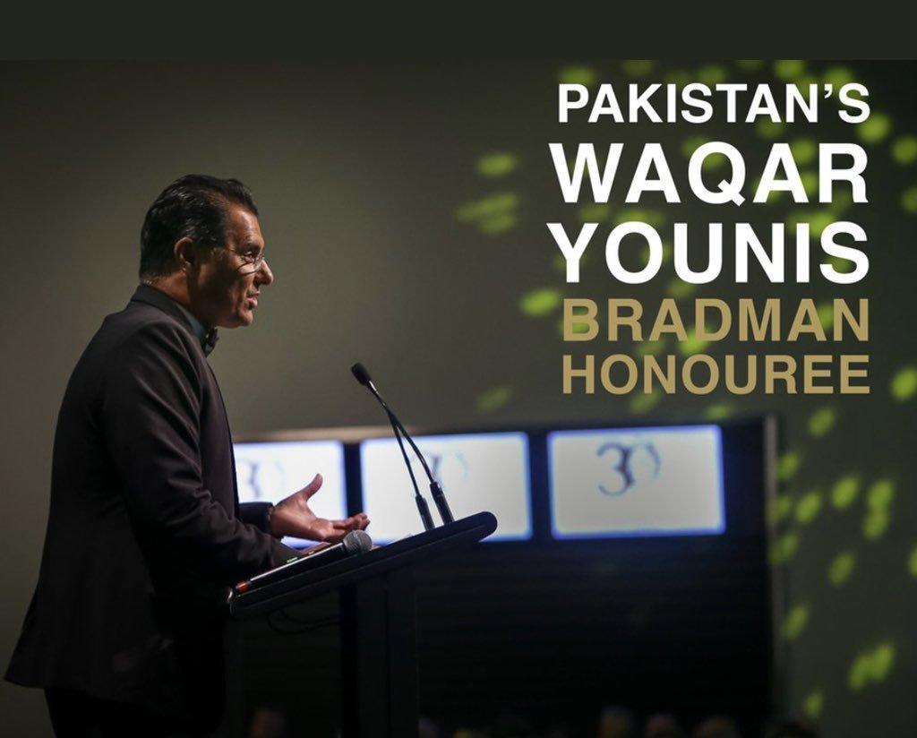 Bradman Hall of Fame award Waqar Younis with exemplary honouree bat.#WaqarYounis #PCB #DonBradman Picture Courtesy: Twitter
