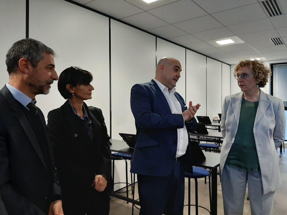 En direct | inauguration des nouveaux locaux Formaposte en présence de @murielpenicaud, de Valérie Decaux DGA #LaPoste en charge des RH et de nos partenaires pédagogiques #LaPosteSEngage #rse #rh https://t.co/Knl0cmrt8W