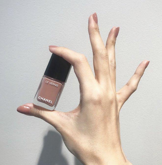 1月3日発売のシャネル春コレネイルめちゃくちゃ可愛い…♡肌馴染みの良いモーヴ系ピンク🥺これ限定じゃなくて新色なのね!本当に良かった…みんな買えるね…SUQQUは限定…これも可愛過ぎる…