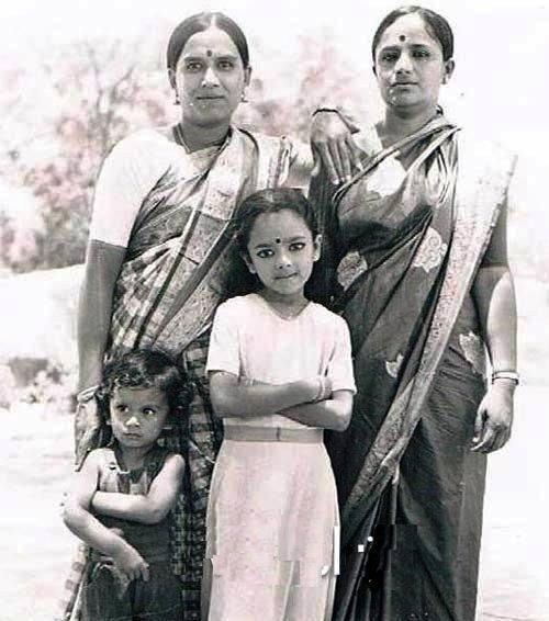 Unseen childhood picture of actress #Soundarya   Follow us on: @KFNofficial   #Sandalwood #KannadaFilmNagar #LatestKannadaMovies #KannadaCelebs #KFN #Celebs #Actress #Unseen #ChildhoodPicture #Updatespic.twitter.com/nUHoBGAzPt