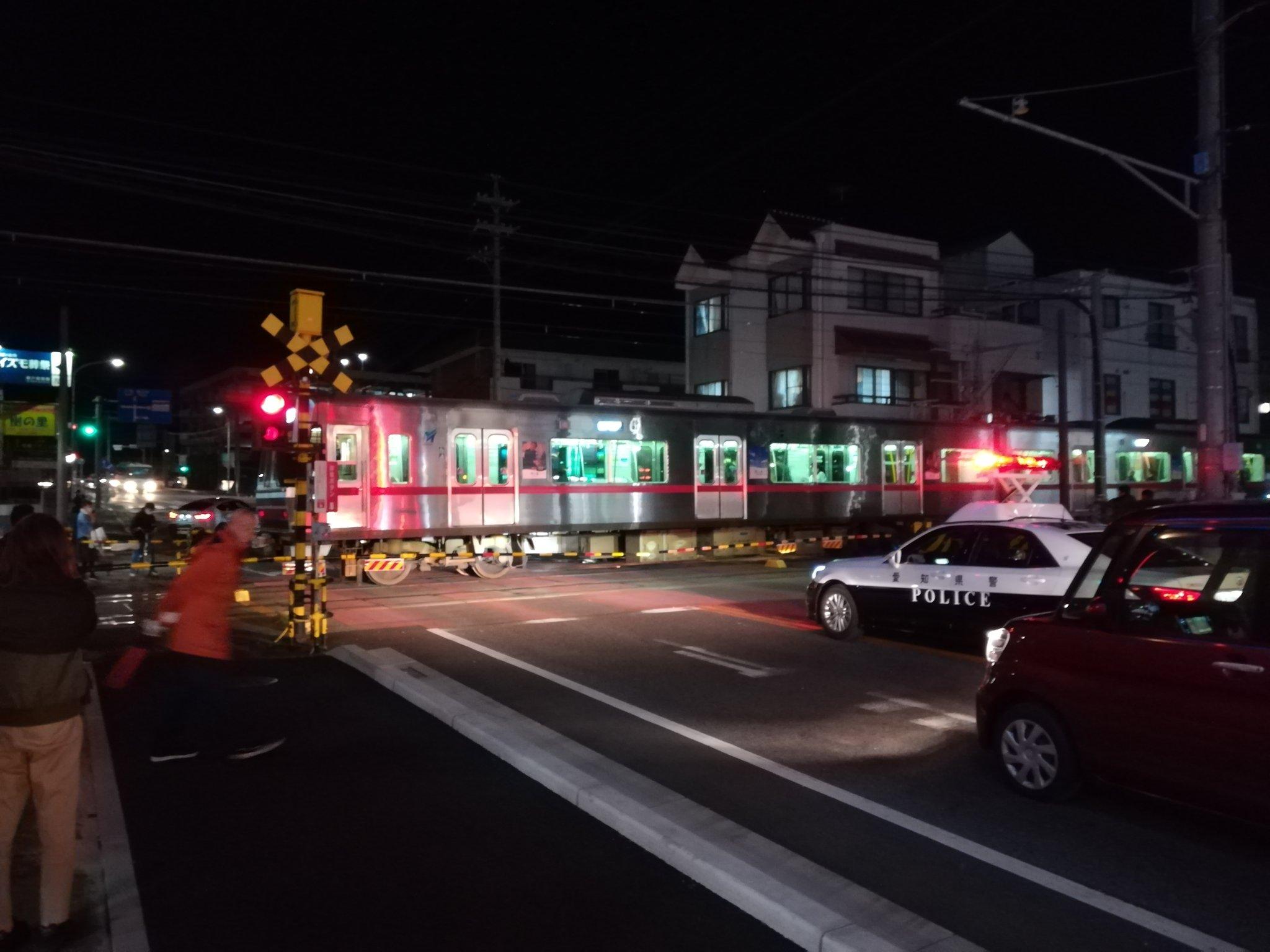 名鉄瀬戸線の車と電車の踏切事故で緊急車両が集結している現場画像