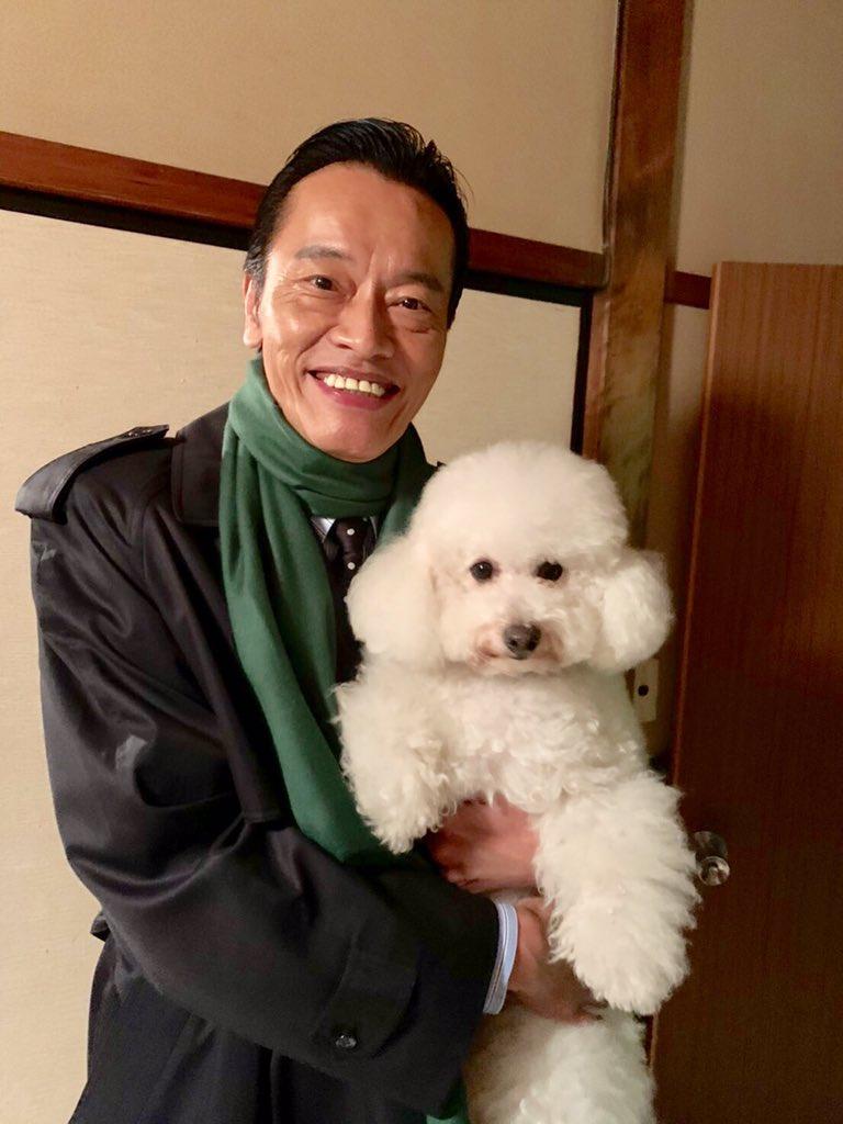 スタッフです。緑のマフラーがステキな海老ちゃんがなぜワンコと⁉️🐩答えはこのあと9時からの #ドクターX で!(^ー^)/ #テレビ朝日
