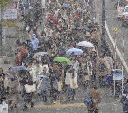 道内大荒れ、航空便やフェリー欠航相次ぐ 36校が臨時休校雪の中、札幌ドームに向かう「#嵐」ファン=14日午後3時10分(久保田昌子撮影)