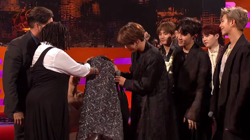 Whoopi Goldberg giving her shirt to BTS still remains one of the most random interview moments of the past months 🥴 (plus the fact that JK wore it to the airport afterwards)