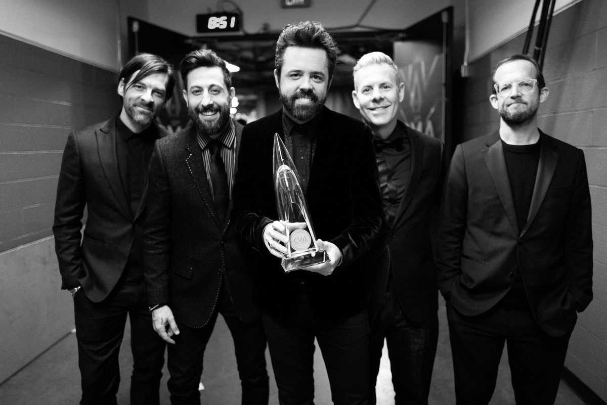 ✌🏼 #vocalgroupoftheyear #weareolddominion #cmaawards 📸 @GettyImages