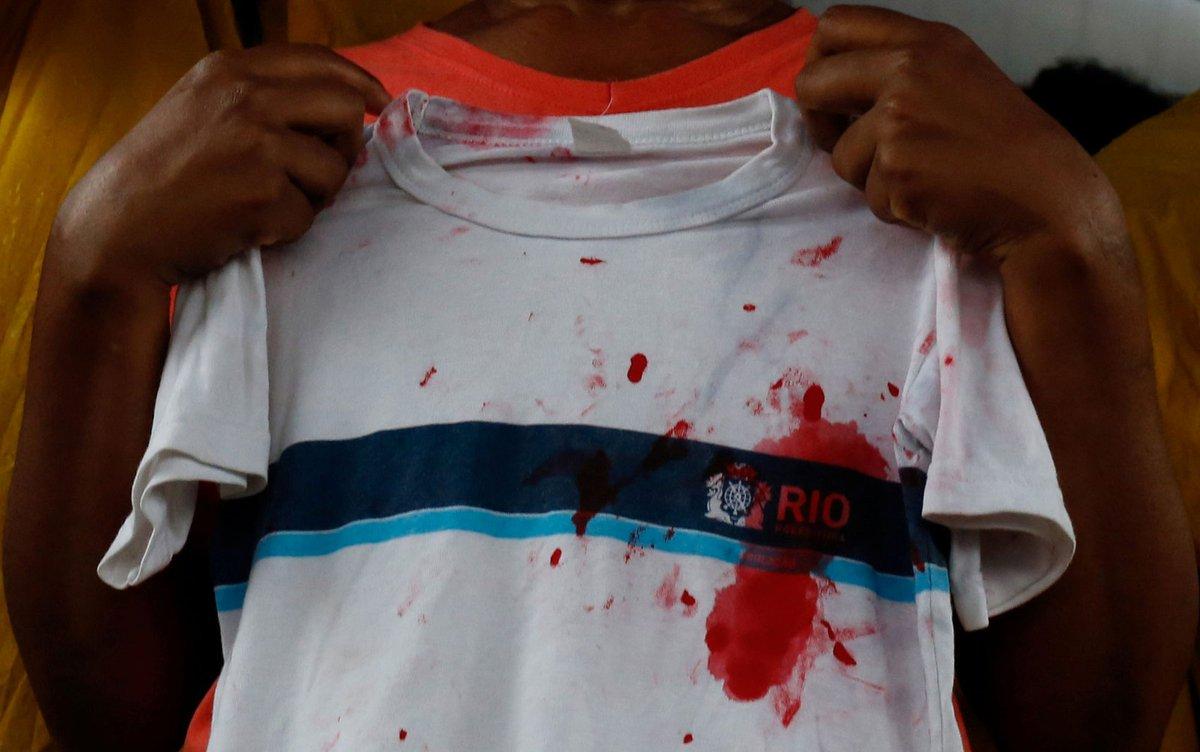 Corpo de menina morta por bala perdida é enterrado no RJ ==> https://glo.bo/34ZIeTs #G1