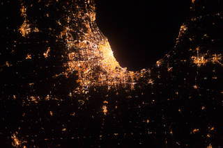 A recent study has found that artificial lighting at night affects the behavior of urban wildlife.🏙️🦝The research mapped light levels in the city of Chicago, using publicly available images of Earth taken by astronauts from the @Space_Station.Read more: http://go.nasa.gov/2ObhaKi