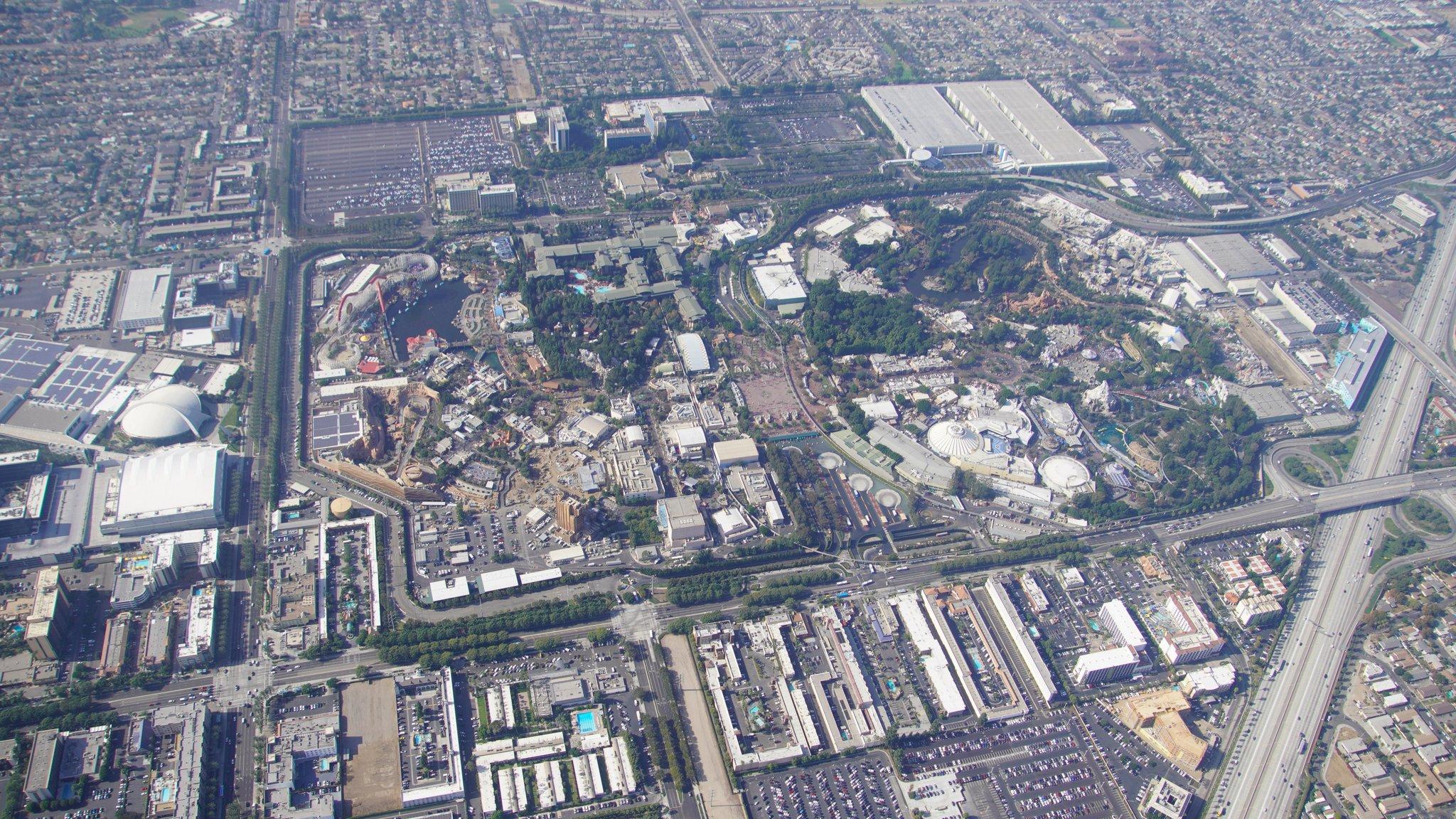 Disneyland Resort vu du ciel, des images sublimes! EJXG4EeWwAAwTzZ?format=jpg&name=4096x4096