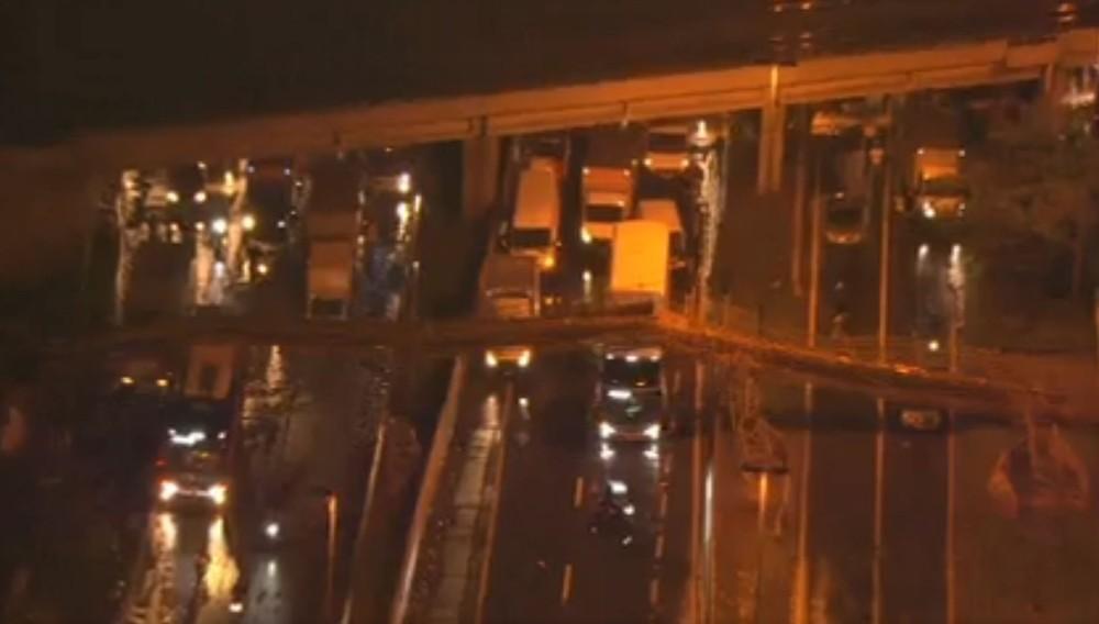 Passarela desaba e atinge veículos na Marginal Tietê, em São Paulo ==> https://glo.bo/2OqthDt #G1