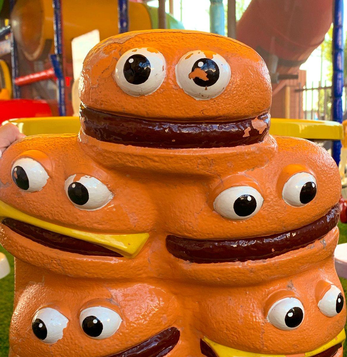 今日の担当、たしまいです🌈双子たちを送りだし、🍩をもぐもぐしてからデスクにむかいます写真は先日行ったマクドナルドにて、なつかしすぎたキャラクターたち🍔🍟