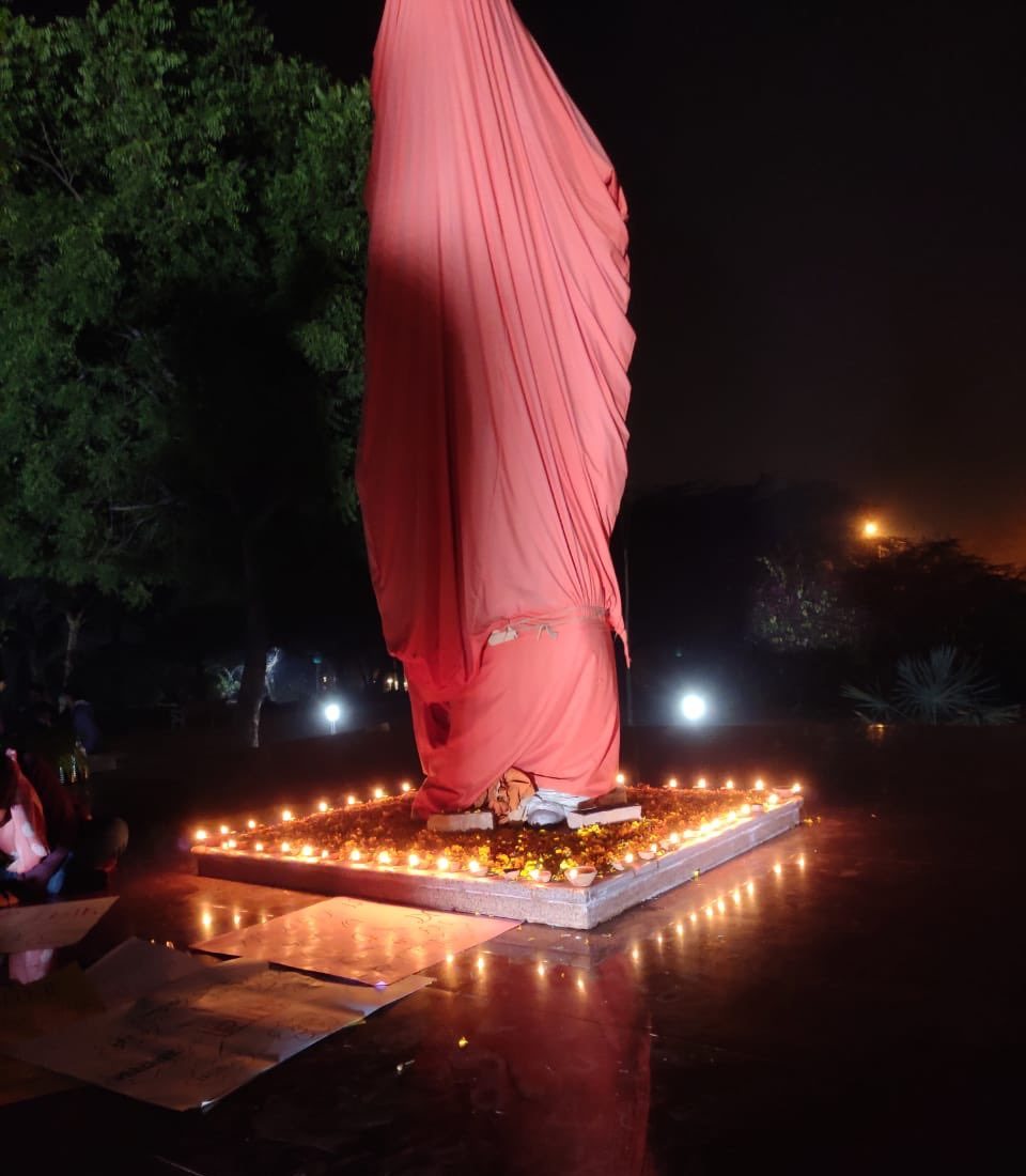 Karyakartas of @abvpjnu lighted lamps around the statue of Swami Vivekananda that was vandalised by leftist goons yesterday. This is only a reflection of ABVP's commitment to every Indian that we will never drift away from the teachings, ideals & principles of Swami Vivekananda.