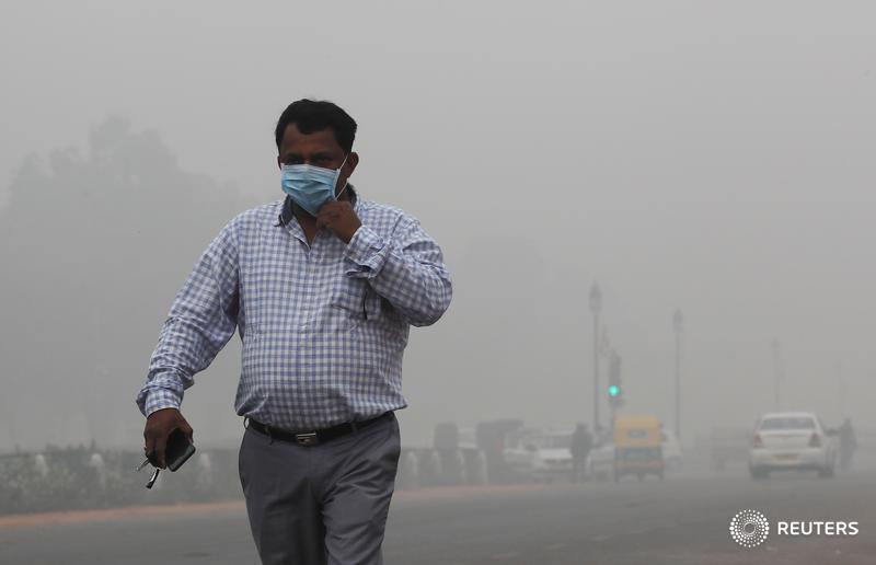 India's capital has supplanted Beijing as the region's smog hotspot. China's state-mandated clean-up achieved some results. The South Asian democracy faces knottier problems, though, explains @ugalani: https://bit.ly/32O9t1Z