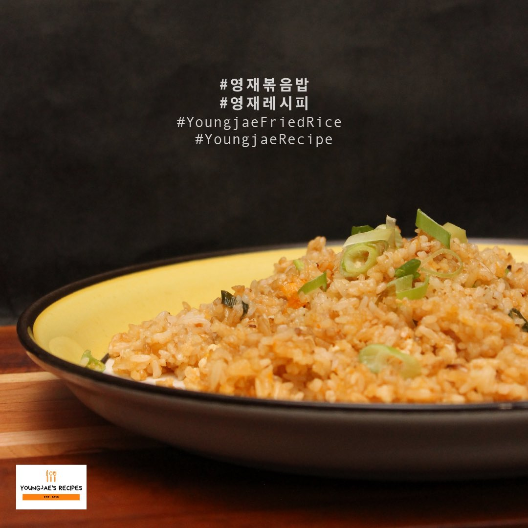Can't think of a meal to eat for Lunch? No worries! Our Chef Youngjae got you covered!  Presenting you the Spring Onion Fried Rice a la Choi-nim.   It's really easy to make and savory too~  #영재볶음밥  #영재레시피  @GOTYJ_Ars_Vita<br>http://pic.twitter.com/R6RZMXsLVg