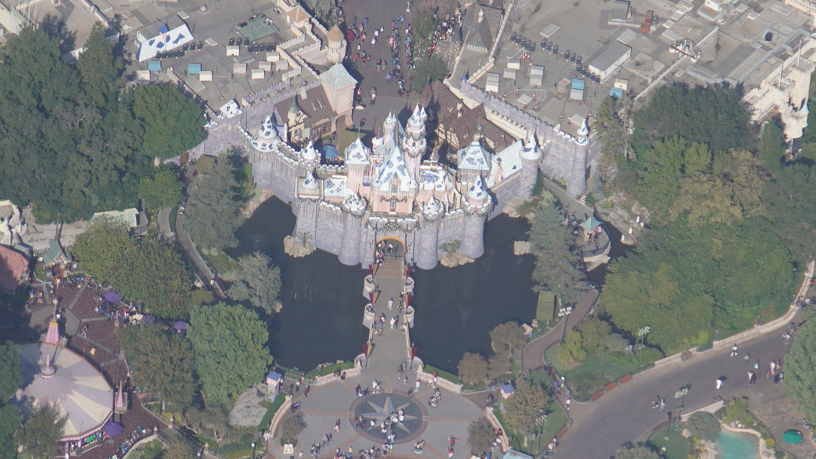 Disneyland Resort vu du ciel, des images sublimes! EJYzGlbVUAArA4A?format=jpg&name=4096x4096