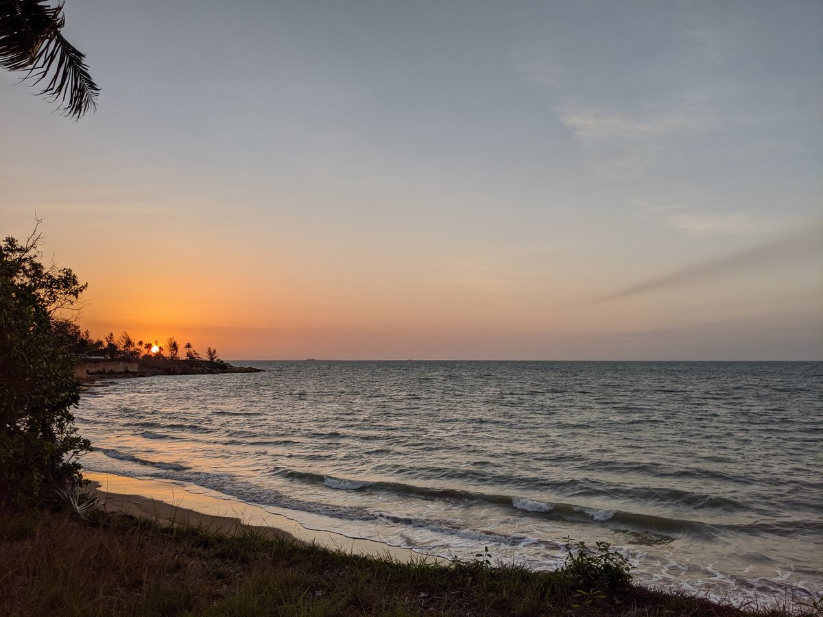 Darwin sunset 👌#sunset #sunsets #weatherporn #darwin #tropical #nofilter #pixel3 #nt #ntweather #northernterritory – at Nightcliff Foreshore