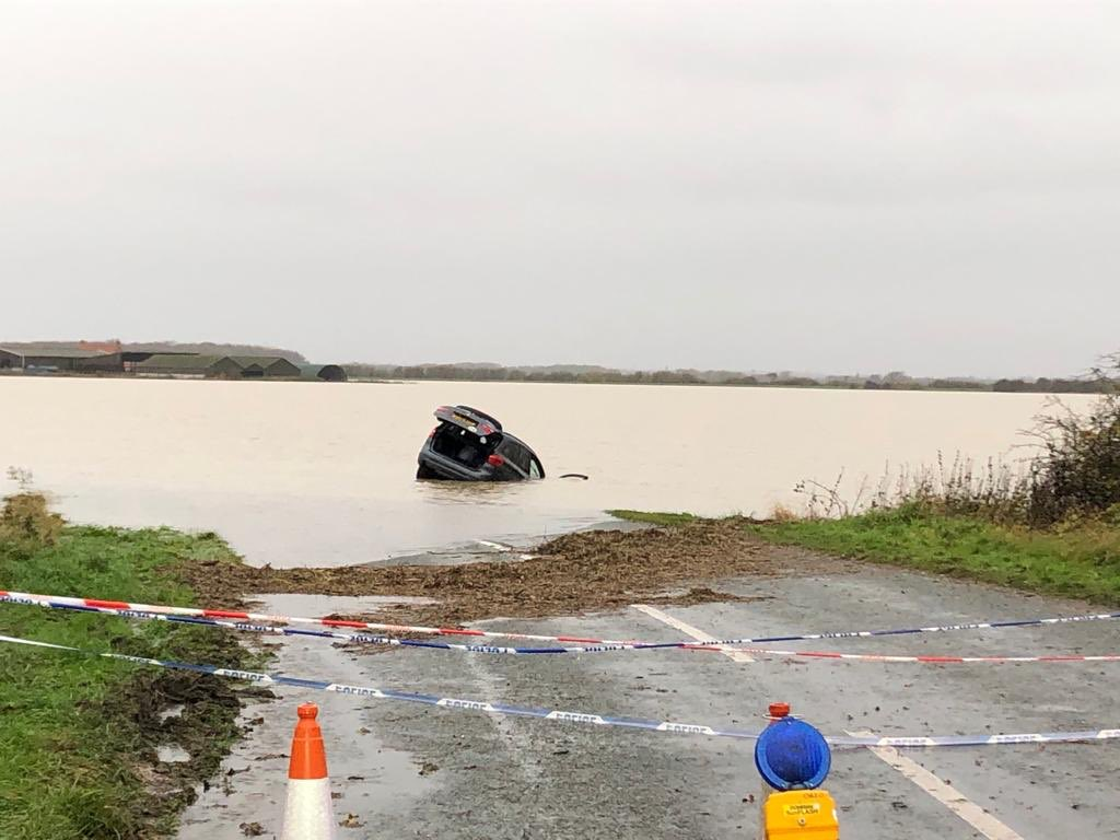 I wonder what was going through this drivers mind when he attempted to drive through the floods in Lincolnshire!  <br>http://pic.twitter.com/fM1TkHPSIN
