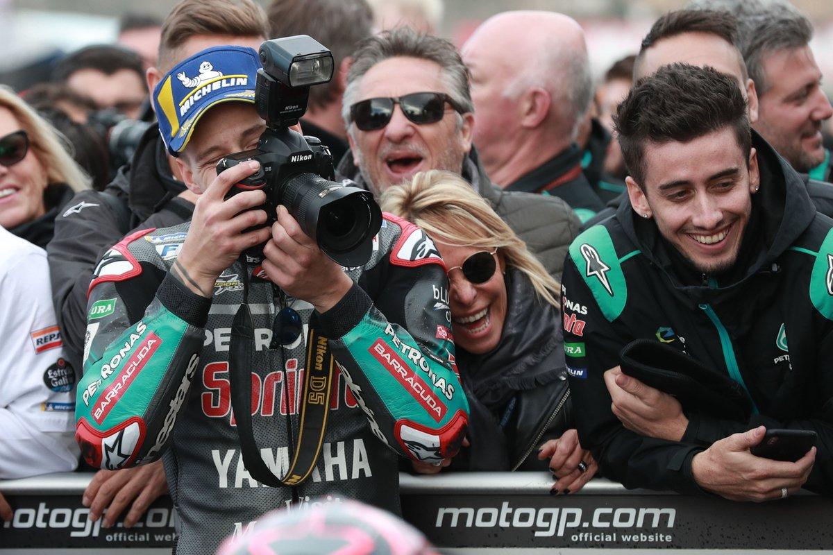 👋 BREAKING NEWS | El 'paddock' de #MotoGP 🏁 tiene nuevo fotógrafo 📷 @FabioQ20 👿 Pero tranquilos, que no se baja de la moto... para nuestro disfrute 😜   📷: @sepangracing