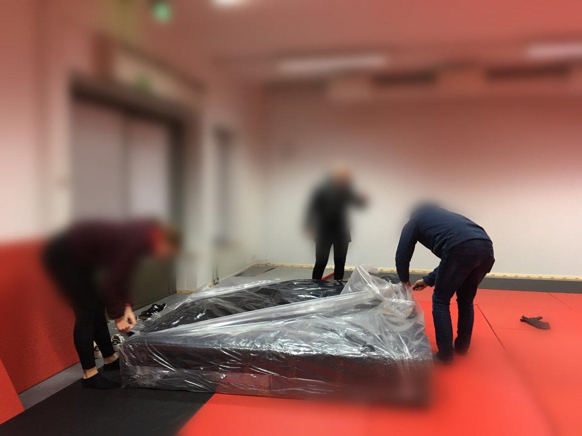 Tänään purettiin dojolla  #muovi -paketista Air-Track ja vaikka mitä pienempää samurai-härpäkettä. Raaskiiko noita edes ottaa käyttöön? pic.twitter.com/6r4WnxytTK