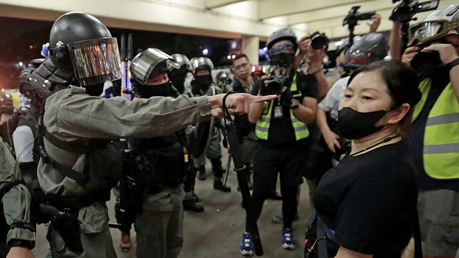 Hong Kong reinstates mask ban as police look to crack down on violence during elections - Top Tweets Photo