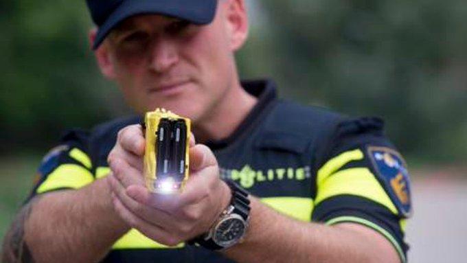 € 30 miljoen voor stroomstootwapen politie https://t.co/Wz04PUdR3M https://t.co/Gm2MhHfBe4