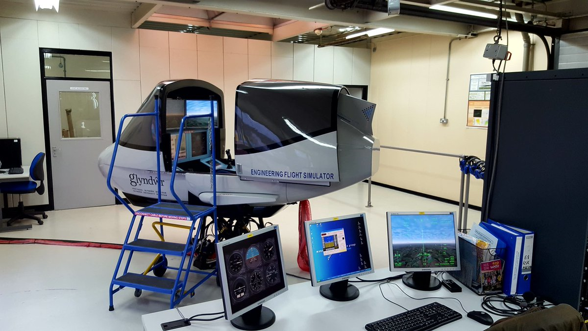 Everything is ready for the @GlyndwrUni BSc #Psychology students. They get to use the #Engineering #FlightSim. A great example of working together across disciplines