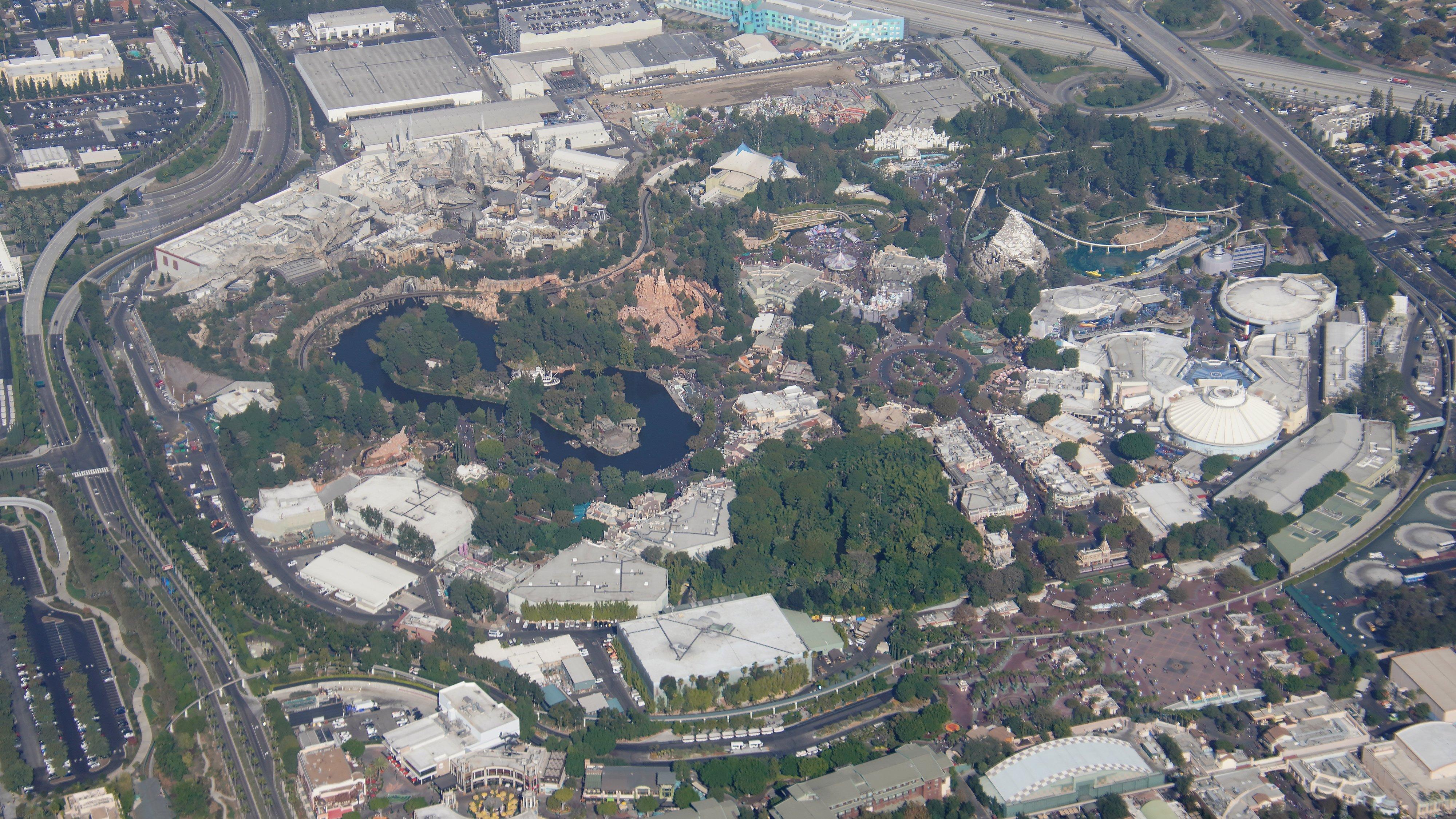 Disneyland Resort vu du ciel, des images sublimes! EJaPlKpUUAEGabX?format=jpg&name=4096x4096