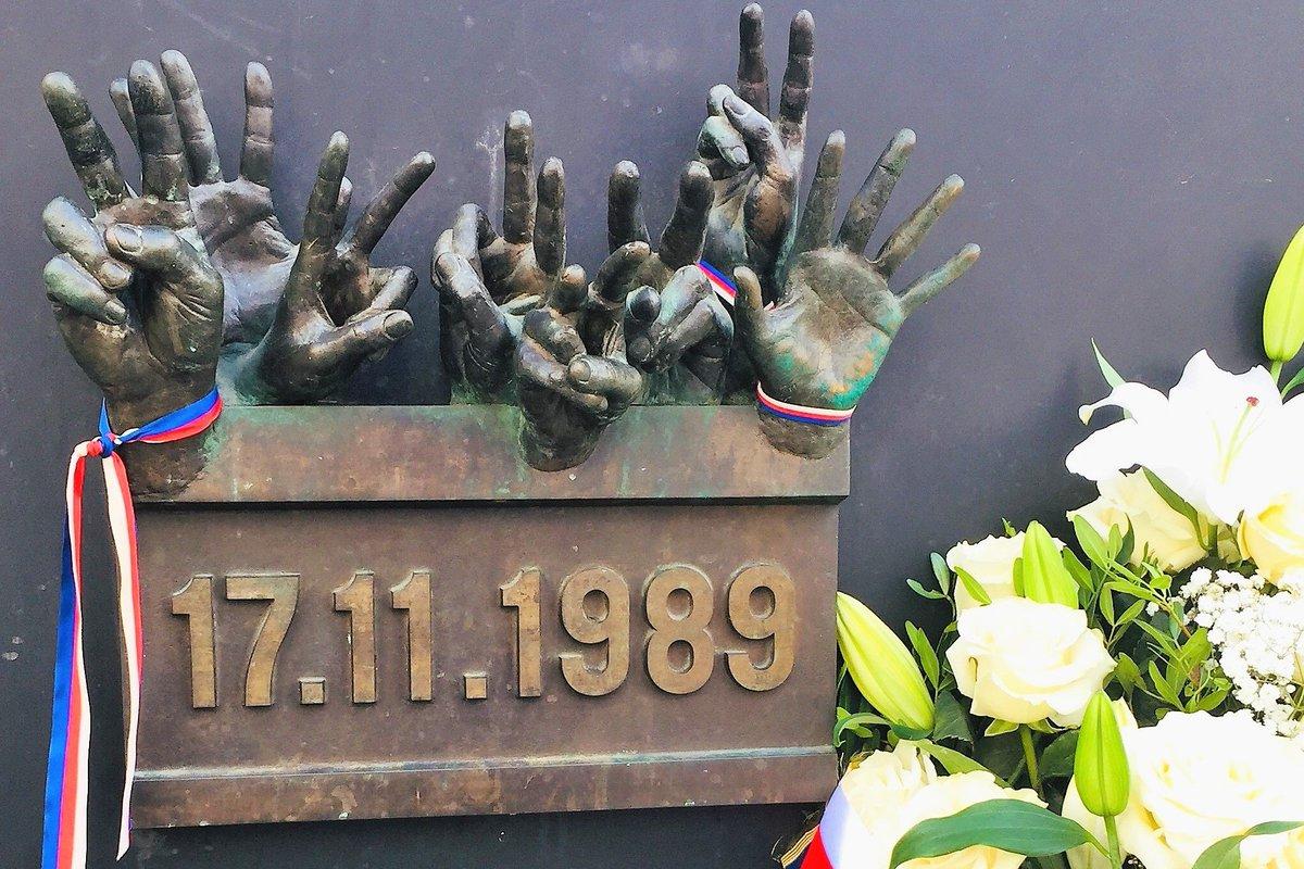 """test Twitter Media - Advokáti """"oprášili"""" vzpomínky na dobu, kdy začalo #30letsvobody. Jak to #17listopadu vypadalo na Národní třídě, kde sídlí @CAK_cz,  jak v Ostravě, Chomutově, Plzni? Listopad 1989 je důkazem toho, že lidem může být krásně, i když je venku sebevíc ošklivo! https://t.co/UHsoG3qDcR https://t.co/YsWRuqmjll"""