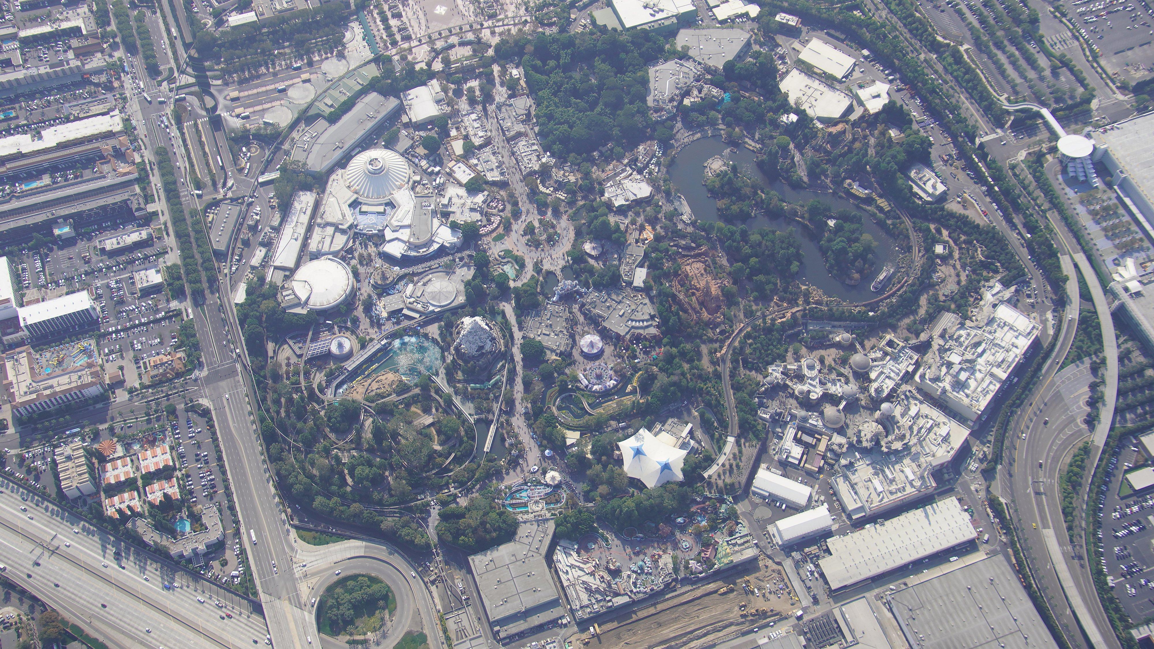 Disneyland Resort vu du ciel, des images sublimes! EJaYxVzU4AYxlt-?format=jpg&name=4096x4096