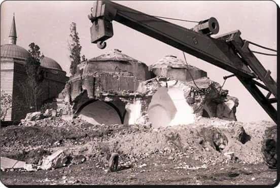 Adnan Menderes Dönemi, 1956  Vatan Caddesi açılırken yıkılan çok sayıdaki Osmanlı eserinden biri olan Murat Paşa Hamamı.  Bu dönemde İstanbul'da 54 cami yıkılmıştır. <br>http://pic.twitter.com/aV3KBwMEor