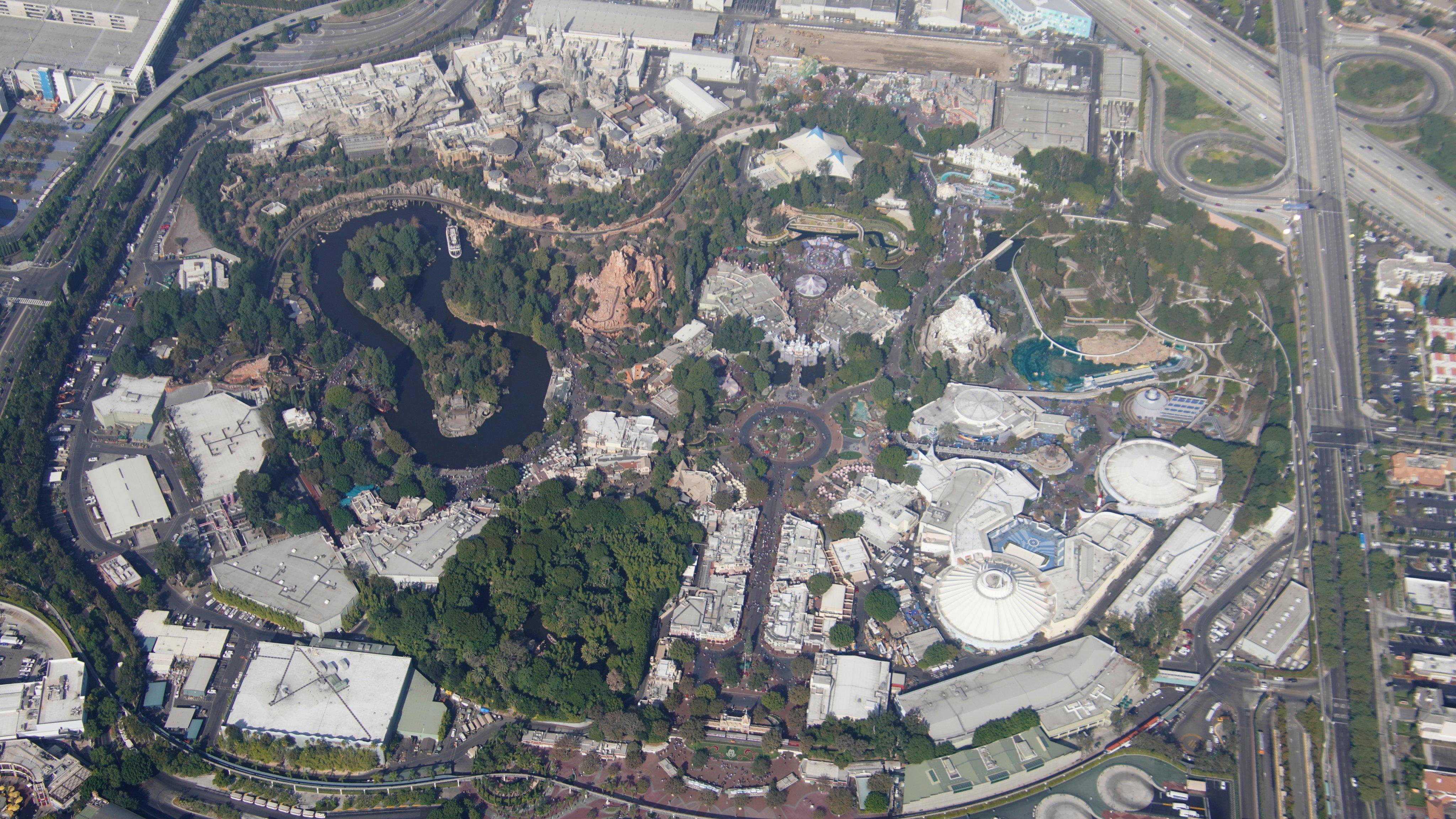 Disneyland Resort vu du ciel, des images sublimes! EJaZv_GU4AEs3mP?format=jpg&name=4096x4096