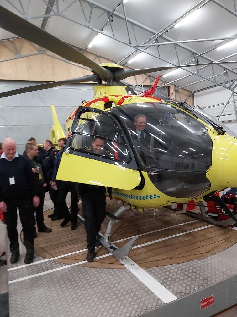 Et godt samarbejde med andre myndigheder er vigtigt for os, når vi skal redde liv. I dag har bl.a. flere vagtchefer set nærmere på den nye akutlægehelikopter, som har midlertidig base i Aalborg. På sigt skal den flyve fra Saltum. #politidk https://t.co/s6QYkZfEKX