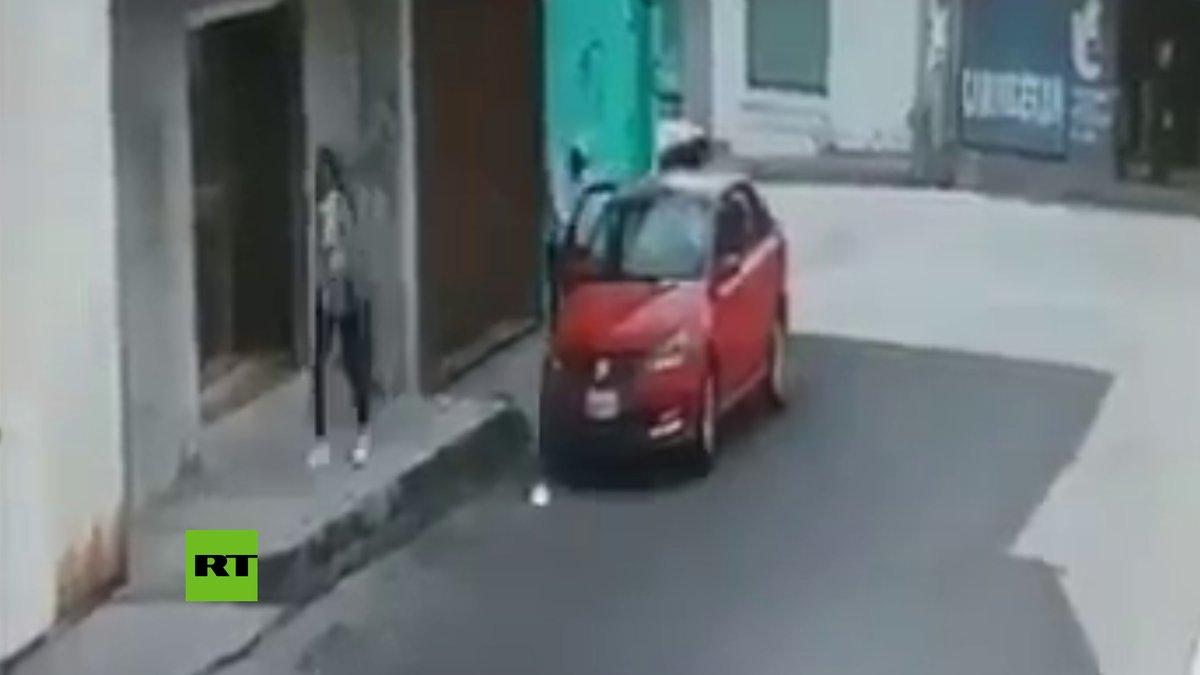 Criminales en un coche rojo intentaron secuestrar a una menor en Puebla (México). La víctima pudo reaccionar rápido y evitar que se la llevaran. Los secuestradores huyeron del lugar