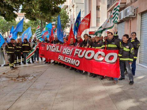 """Palermo, sit-in dei vigili del fuoco in prefettura """"Servono uomini e mezzi"""" - https://t.co/6blUPlnvRa #blogsicilianotizie"""