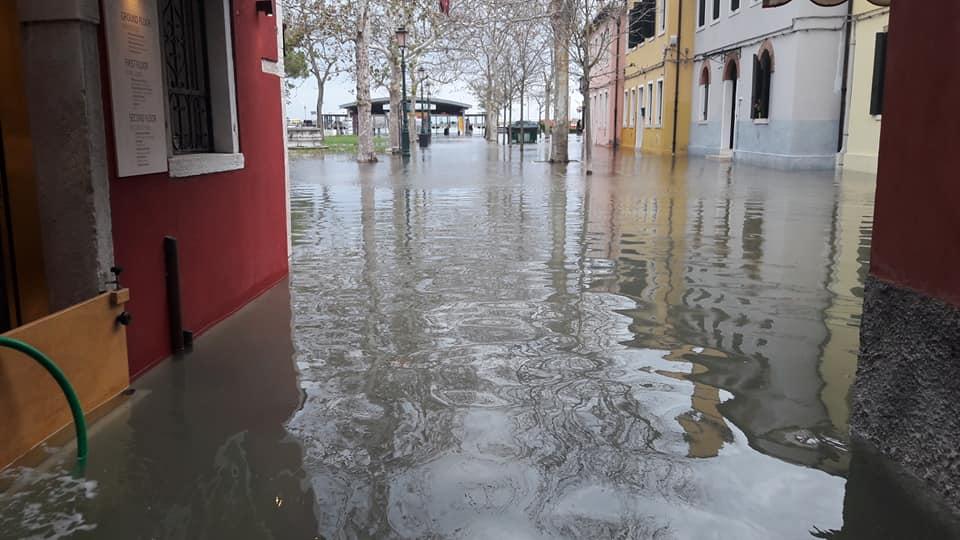 #Venezia Acqua alta a Burano LE FOTO https://t.co/...