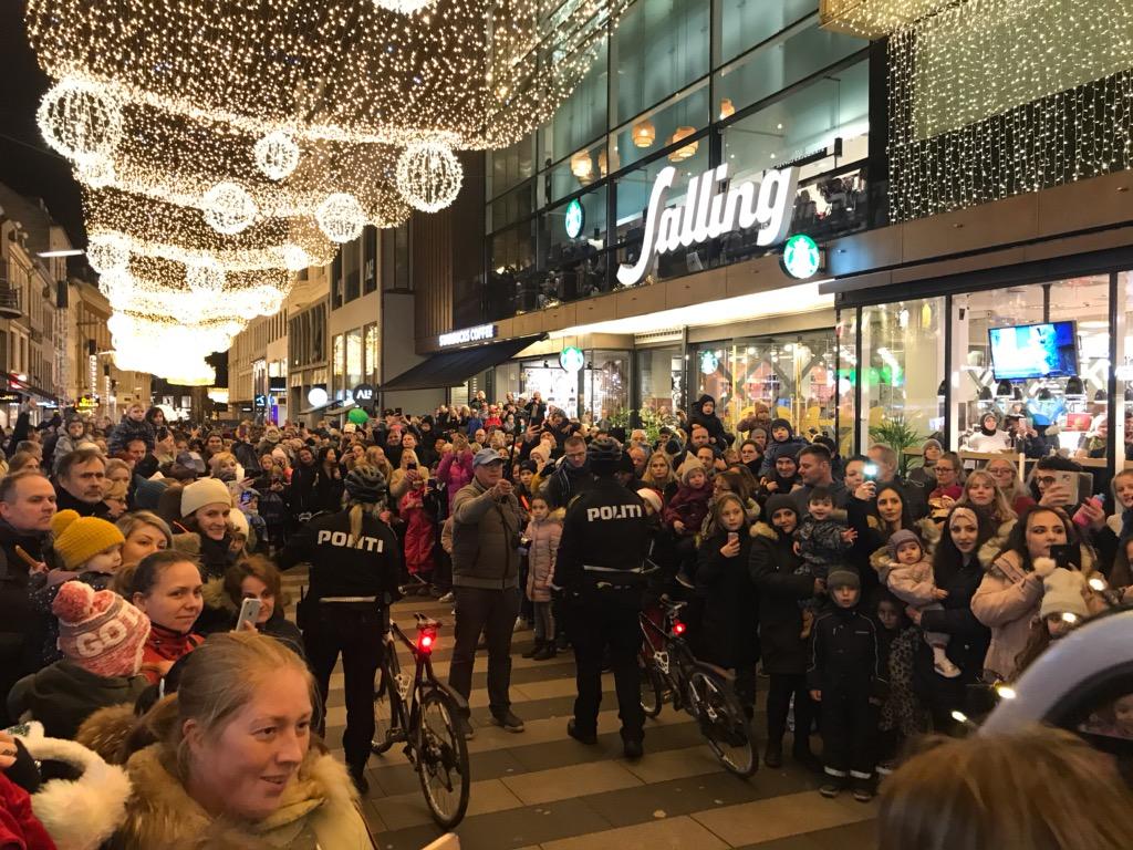 Julemanden kom til Aarhus her til aften, og vi sørgede selvfølgelig for, at han kom godt og sikkert igennem byen, så alle de søde børn kan få deres gaver til jul. God aften til alle  #politidk https://t.co/v9TDl16exV