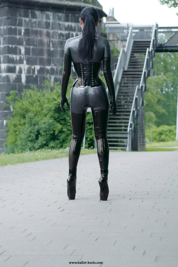 pittsburgh-rubber-fetish-wear-shemale-in-underware-thumbs