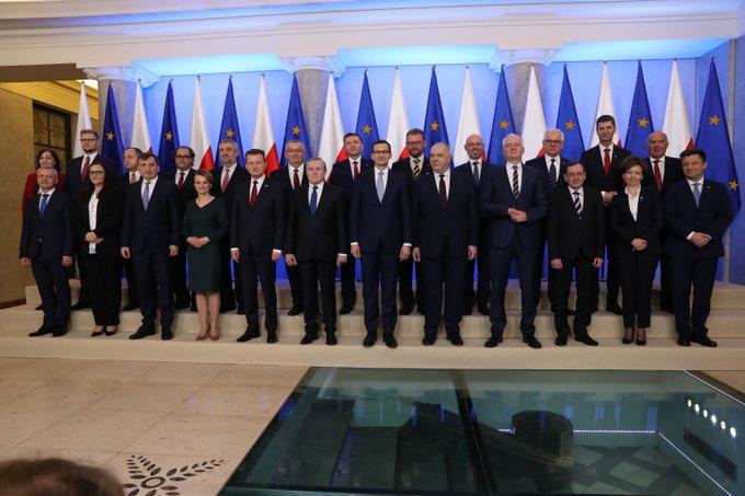 Wspólne zdjęcie Rady Ministrów na tle flag Polski oraz flag UE.