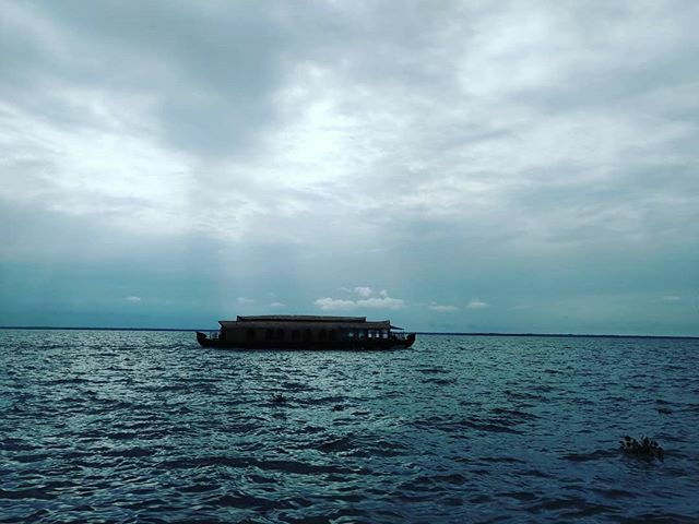 A #lake carries you into recesses of feeling otherwise impenetrable and arid.  #houseboat #selfloveclub #darlingescapes #serenity  #travellingourplanet #traveldiaries #backwaters #unexplored #summer #travellife #travelinsider #letsgoeverywhere  #yacht #b…