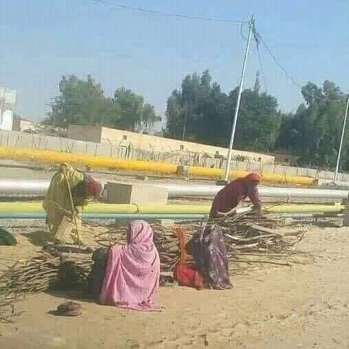 چراغ تلے اندھیرا گویا کسی کے سامنے سے پانی کا چشمہ گزر رہاہو پر وہ اس سے سیراب نہیں ہوسکتے۔سوئی گیس ہزاروں کلومیٹر دور تو پہنچ سکتی ہے پریہاں کے مفلوک الحال عوام اس نعمت سے محروم ہے۔۔#Balochistan