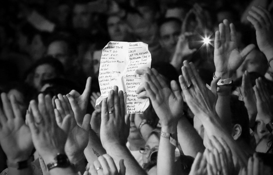 Who has received the set list at one of Pearl Jam's shows?  : Karen Loria <br>http://pic.twitter.com/El49jgOdVe