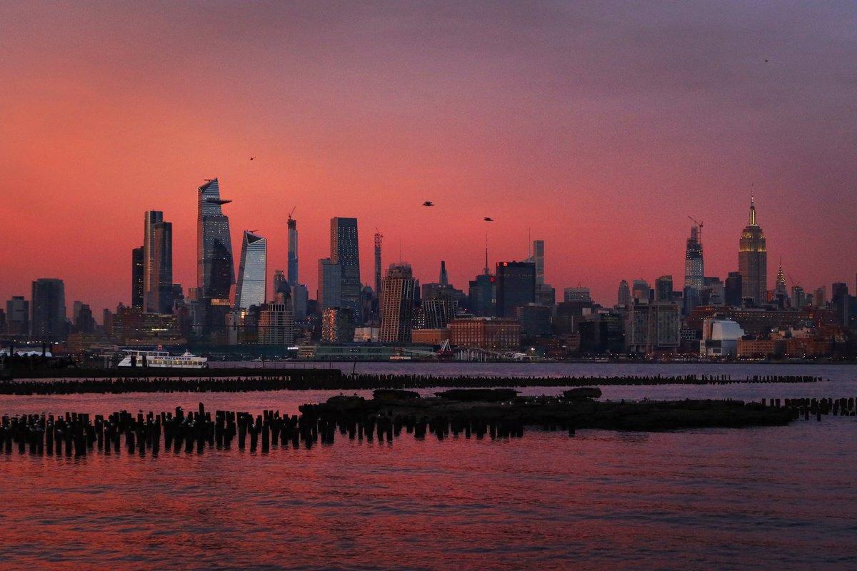 Midtown Manhattan as the sun set tonight in New York City. #newyork #newyorkcity #nyc @EmpireStateBldg #sunset @agreatbigcity
